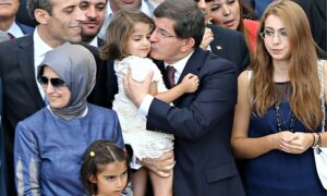 Turkey celebrates return of hostages and opens border to Kurds fleeing Isis